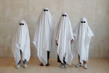 4 personer er klædt ud som spøgelser