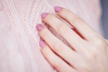 Kvinde har lyserød neglelak på