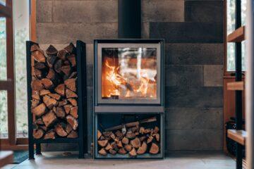 Brændeovn i et moderne hjem