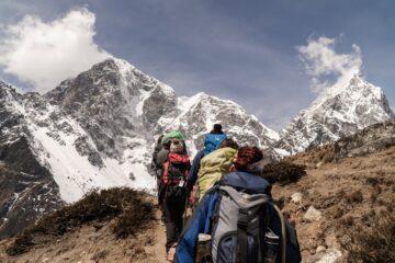 Gruppe af mennesker bestiger bjerg