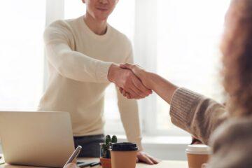 Person giver hånd til en anden
