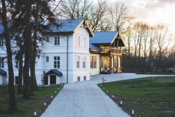 Stort hvidt hus i solnedgang