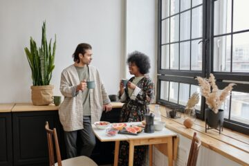 To personer snakker og drikker kaffe
