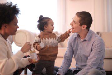 barn leger med voksen mand