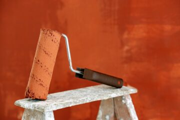 Maler rulle står på skammel og er orange