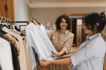 To damer køber tøj sammen i butik