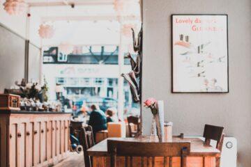 Cafe med flot pynt og boligtilbehør